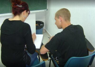 alumno en clase con profesora